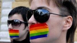 Две лесбиянки заклеили свои рты в знак молчаливого протеста в Кишиневе в 2007 году.