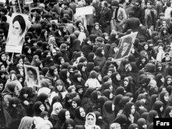شماری از زنان هوادار آیتالله خمینی در یکی از راهپیماییهای پیش از انقلاب