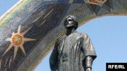 Ҳайкали Рӯдакӣ дар маркази Душанбе