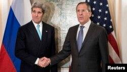 Міністр закордонних справ Росії Сергій Лавров (праворуч) вітається з держсекретарем США Джоном Керрі, Мюнхен, 31 січня 2014 року