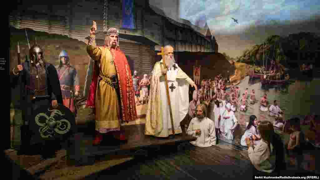 Композиція присвячена історичній події – масовому хрещенню киян у річці Почайна під стінами укріплень Київського Подолу в 988 році