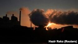 Tymi duke dalë nga termocentrali Kosova A. Fotografi nga arkivi.