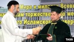 Глава Чечни Рамзан Кадыров (справа) стал почетным профессором Российского Исламского университета имени Кунта-Хаджи