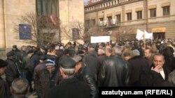 Сотрудники завода «Наирит» перед зданием Минэнерго, Ереван, 27 января 2015 г.
