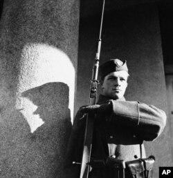 Молодий український воїн під час чергування на кордоні Карпатської України, 27 січня 1939 року