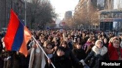 Getmək istəyənlərin sayı Ermənistanda başqa ölkələrdən daha çoxdur