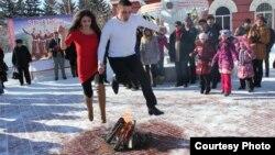 Прыжок влюблённой пары через ритуальный костёр во время Терендеза. Усть-Каменогорск, 17 февраля 2013 года. Фото предоставлено городским Домом дружбы.