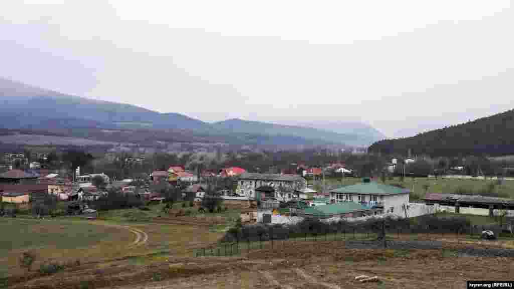 Boyka dağ massiviniñ alındaki ormanlı bayırdan Aromat köyüniñ manzarası
