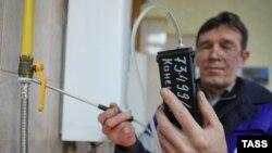 Un muncitor de la serviciul gaze făcând verificări. Regiunea Ivanovo, Federaţia Rusă