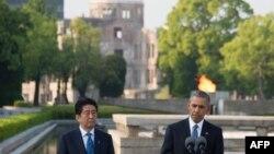 Президент США Барак Обама і прем'єр-міністр Японії Сіндзо Абе у Меморіальному парку миру в Хіросімі, 27 травня 2016 року