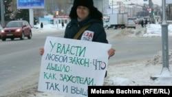 Виктория Мучник, сотрудник телеканала ТВ-2 на одиночном пикете в январе 2015 года