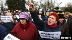 """""""Арамтамақтарға"""" салық салуға және коммуналдық қызмет тарифтерінің қымбаттауына қарсылық акциясына шыққандар. Бобруйск, Беларусь, 12 наурыз 2017 жыл."""