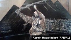 Үркүн алааматынын 100 жылдыгына карата Караколдо коюлчу айкелдин макеттеринин бири.