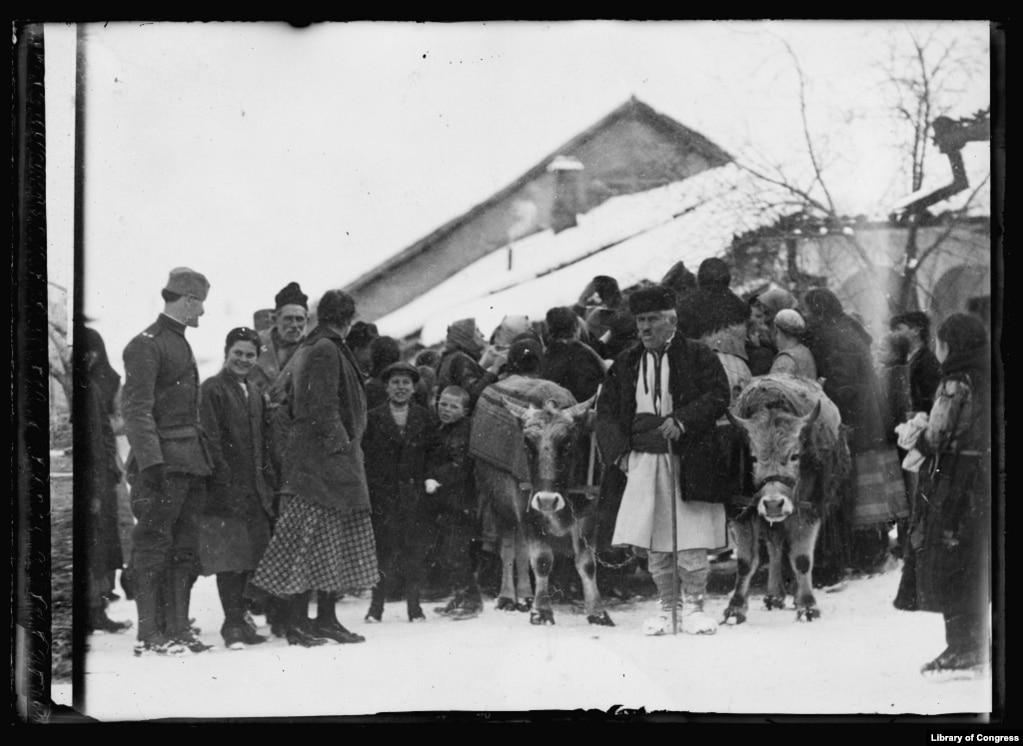 Груз американского Красного Креста по прибытии в августе 1919 года в город Пирот (Сербия), разрушенный Первой мировой войной.