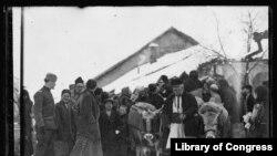 15. ამერიკული წითელი ჯვრის დახმარება პირველი მსოფლიო ომით გაპარტახებულ სერბულ ქალაქ პიროტში. ფოტოზე 1919 წლის აგვისტოა.