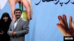 محمود احمدی نژاد همراه با مرضیه وحید دستجردی در مراسم روز پرستار.