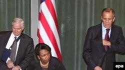 سرگی لاوروف، وزير امور خارجه روسيه همراه رابرت گيتس، وزير دفاع و کاندوليزا رايس، وزير امور خارجه آمريکا در مسکو. عکس از (EPA)