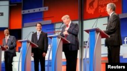 Candidații republicani Ben Carson, Scott Walker, Donald Trump și Jeb Bush (de la stânga la dreapta)