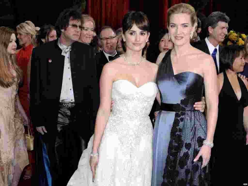 کیت وینسلت (راست) به همراه پنهلوپه کروز، دو بازیگر زن که دو اسکار بهترین بازیگری را به خانه بردند