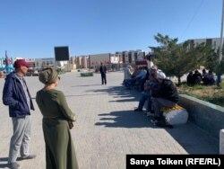 Участники акции против «китайских проектов в Казахстане» на центральной площади Жанаозена. 9 сентября 2019 года.