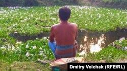 Юноша медитирует среди водных гиацинтов