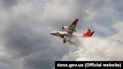 Водночас у Корогодському та Денисовицькому лісництвах ліквідація вогню триває