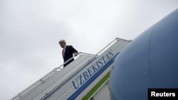 Госсекретарь США Джон Керри спускается с трапа самолета. Самарканд, 1 ноября 2015 года.