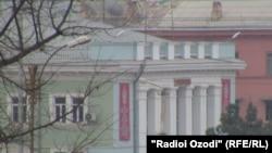 У здания милиции в таджикском городе Курган-Тюбе.