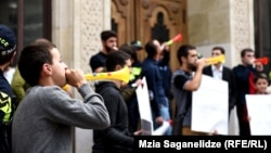 Молодые активисты «Альянса патриотов» пикетируют здание МИД в Тбилиси, 12 сентября 2019 г.