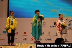Казахстанская штангистка Зульфия Чиншанло на пьедестале для награждения на чемпионате мира по тяжелой атлетике. Алматы, 10 ноября 2014 года.