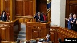 Президент Петро Порошенко переконує народних депутатів у необхідності ухвалення змін до Конституції в частині правосуддя, 2 червня 2016 року