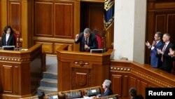Президент України Петро Порошенко після успішного голосування Верховної Ради за зміни Конституції в частині судової реформи. Київ, 2 червня 2016 року