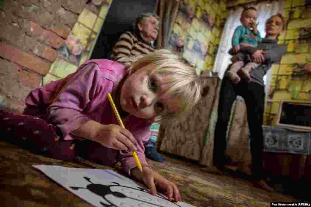 Семья девочки Маши живет в Петровском районе Донецка. Больше года эта семья прожила – вместе с другими людьми – в бомбоубежище. Несмотря на минские соглашения, спорадические обстрелы продолжаются, и люди боятся ночевать дома.