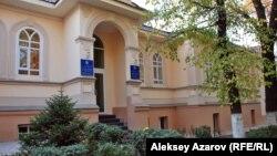 Вход в популярную детскую библиотеку имени Сапаргали Бегалина в Алматы.