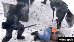 Ուկրաինացի ոստիկանները մահակներում ծեծում են ցուցարարին, Կիև, հունվար, 2014թ․