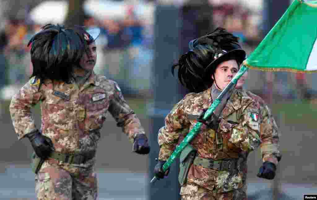 Італійські військові марширують у традиційних головних уборах