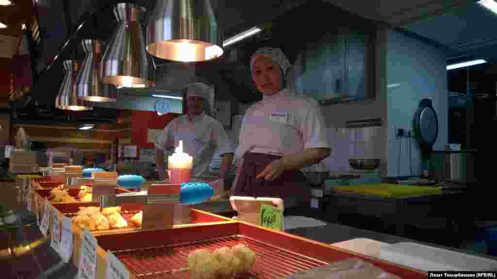 В Кыргызстане Гулбарчын Турганбаева работала медсестрой. Приехала в Москву год назад. Среди коллег пользуется уважением.