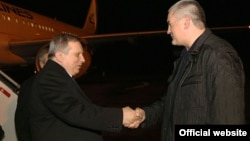 Артур Миквабия (слева) и глава администрации аннексированного Россией Крыма Сергей Аксёнов, Симферополь, 20 декабря 2015
