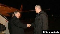 Артур Миквабия (слева) и глава администрации аннексированного Россией Крыма Сергей Аксёнов. Симферополь, 20 декабря 2015 года.