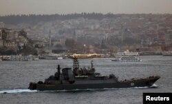 """Тот же корабль """"Александр Отраковский"""" в Босфоре в феврале этого года"""