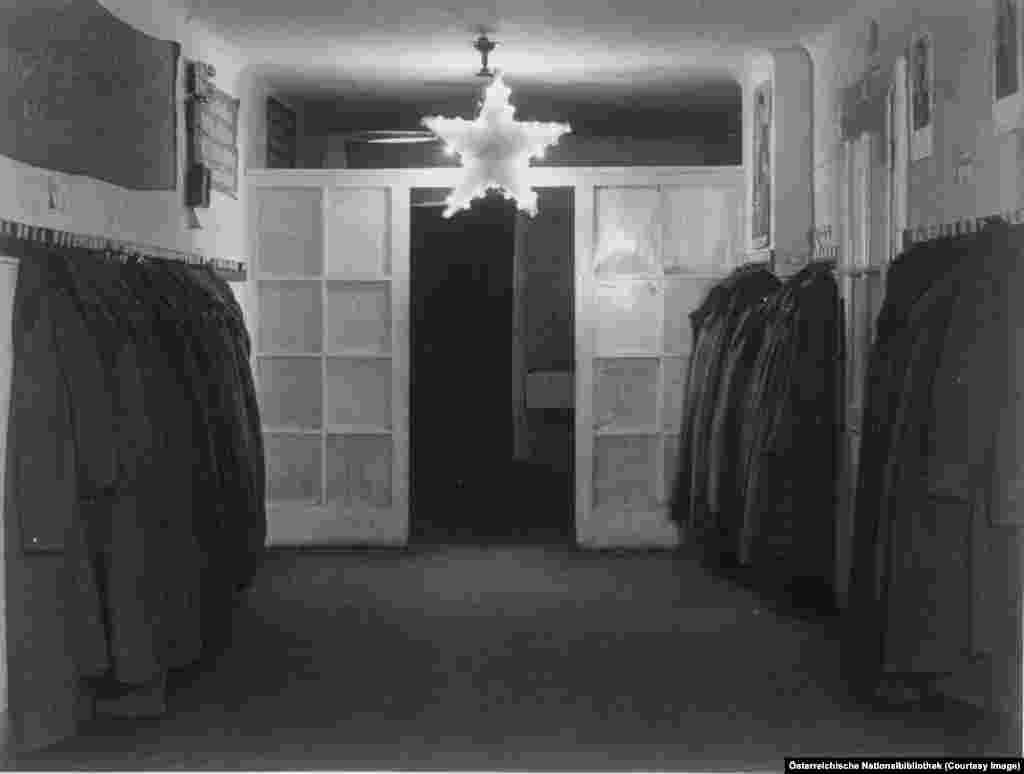 Съветската петолъчка виси на входа на апартамент, конфискуван около 1946 година.