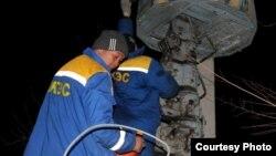 Жұмысшылар электр желісін жөндеп жатыр. Жамбыл облысы, 14 қаңтар 2012 жыл. (Facebook әлеуметтік желесінен алынған сурет)