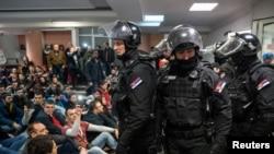 Protestatari vs poliție, televizinea publică din Belgrad, 16 martie 2019