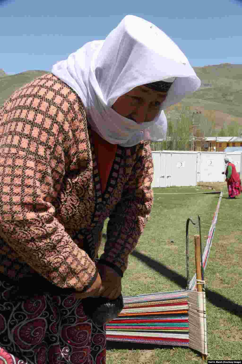 Ұлы Памир тұрғыны алаша тоқып тұр. Қырғыздар тоқыма бұйымдарын Ван қаласына апарып сатады.