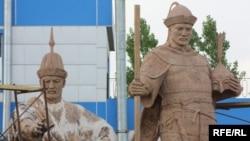 Жәнібек пен Керейдің тұғырына қона алмай тұрған ескерткіштері. Астана, 27 мамыр, 2010 жыл.