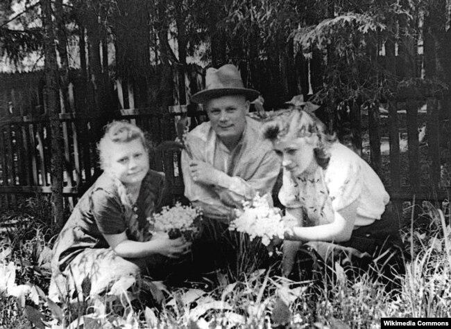 Филипп Иванович Голиков на даче с дочерью и её подругой, начало 40-х годов