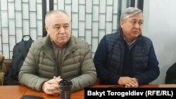 Омурбек Текебаев и Дуйшенкул Чотонов в зале суда. Архивное фото.