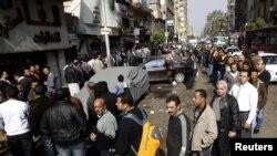 Каирдің Шубра ауданында парламент сайлауында дауыс беруге кезекке тұрған адамдар. Египет, 28 қараша 2011 жыл.