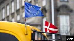 Знамињата на ЕУ и на Данска.