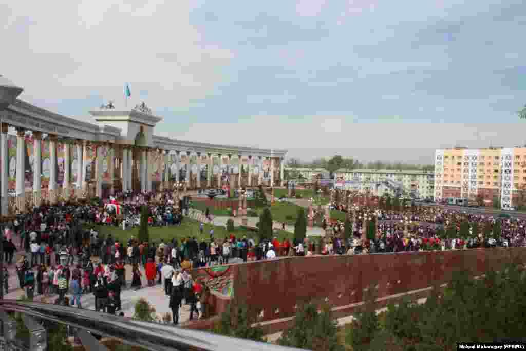 В парк первого президента в День города пришли сотни горожан.